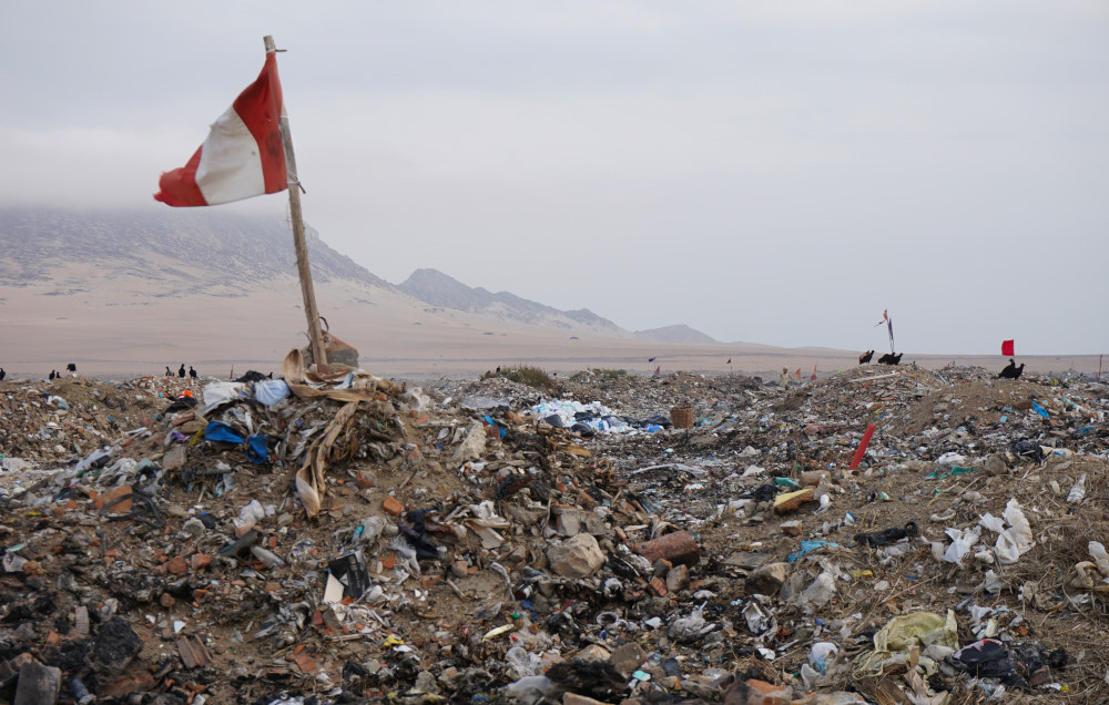 Trash in the coastal desert of Peru. Photo: Jessica Groenendijk, Words from the Wild