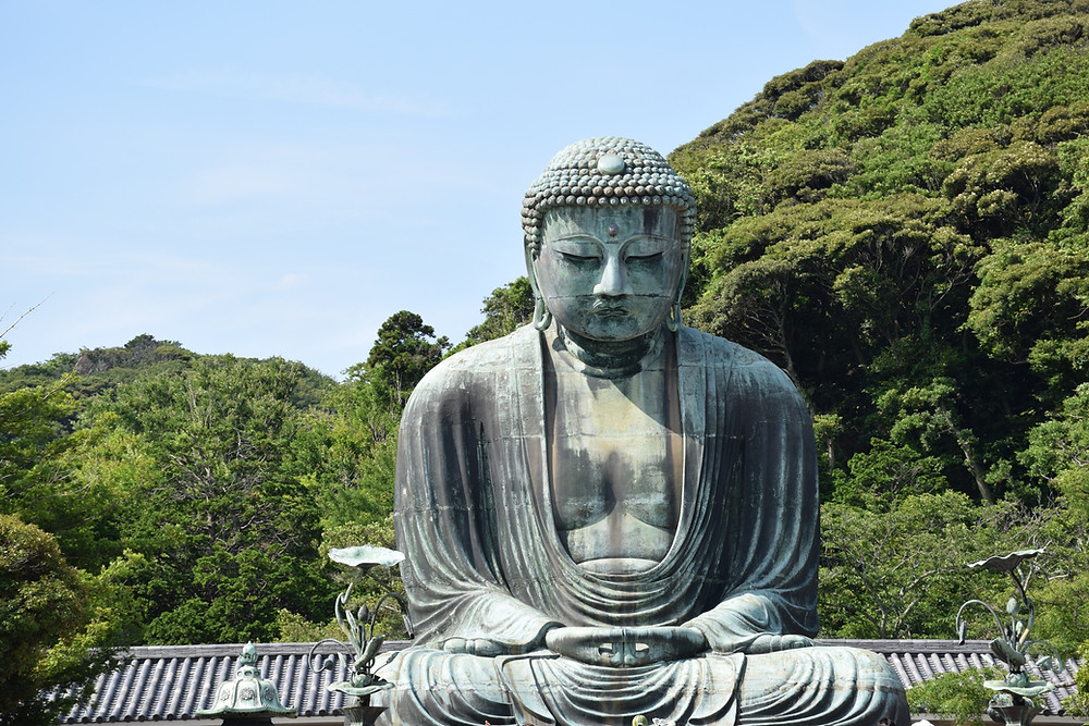 Statue von Buddha in Meditationshaltung als Symbol für höchste Autorität in Güte, Mitgefühl und Moral