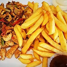 Kip gyros (paprika, courgette, ajuin) met frietjes, rauwkost en saus