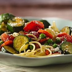 Vegetarische spaghetti met tomatensaus en gewokte groenten