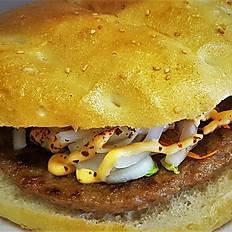 Broodje grote hamburger van het huis (gegrild)