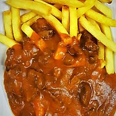 Goulash van het huis met frietjes, rauwkost en saus