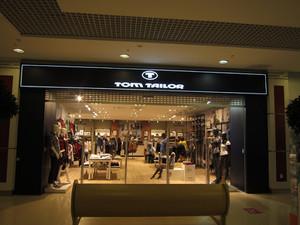 Вывеска Tom Tailor