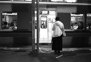 Fau_vor_Zug_Japan_Fukuoka.jpg