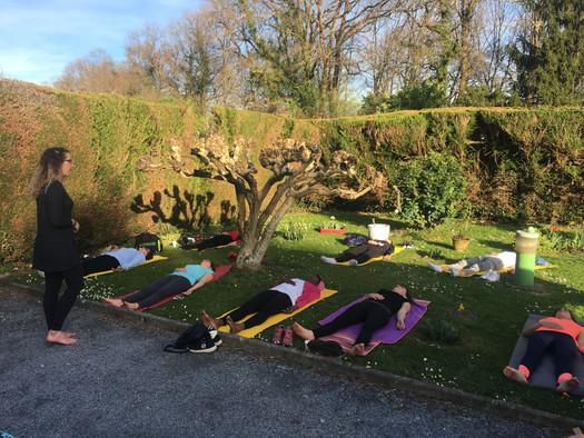 Yoga en extérieur au Centre Santi
