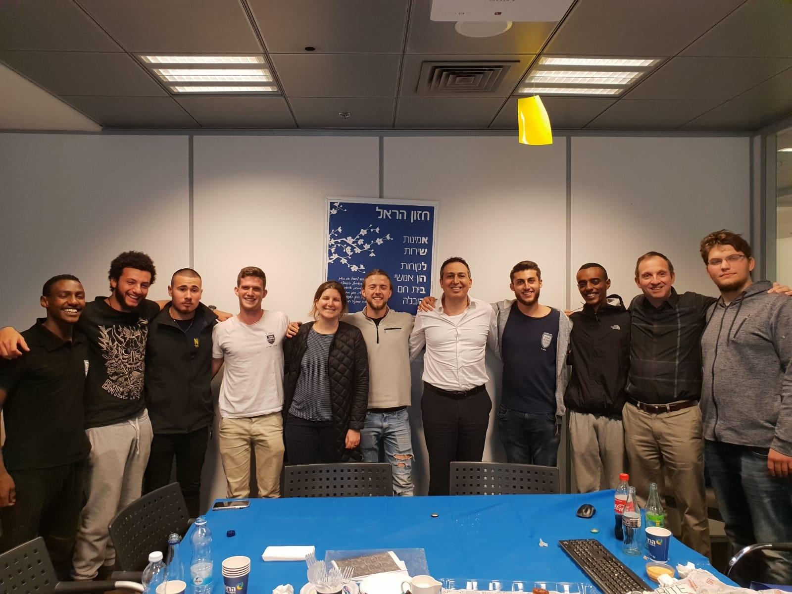 חניכי שנה ב׳ בסדנא עסקית בחברת הראל פנסי