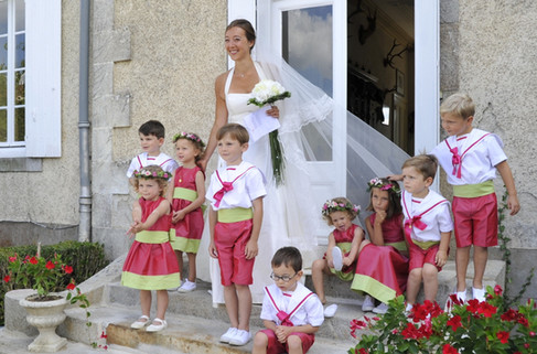 La mariée accompagnée de ses enfants d'honneur