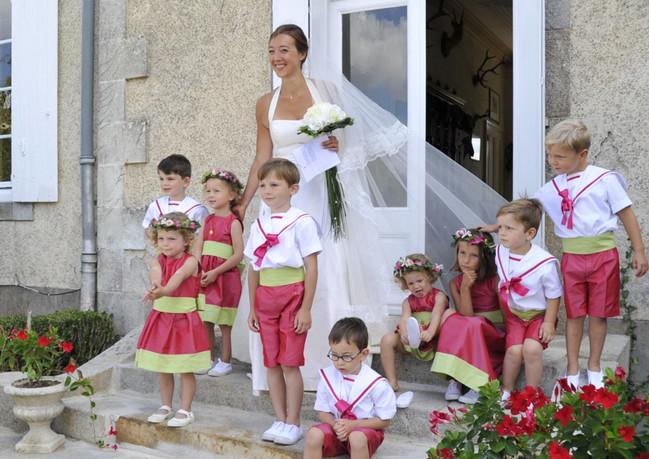 La mariée accompagnée de ses enfants d'h