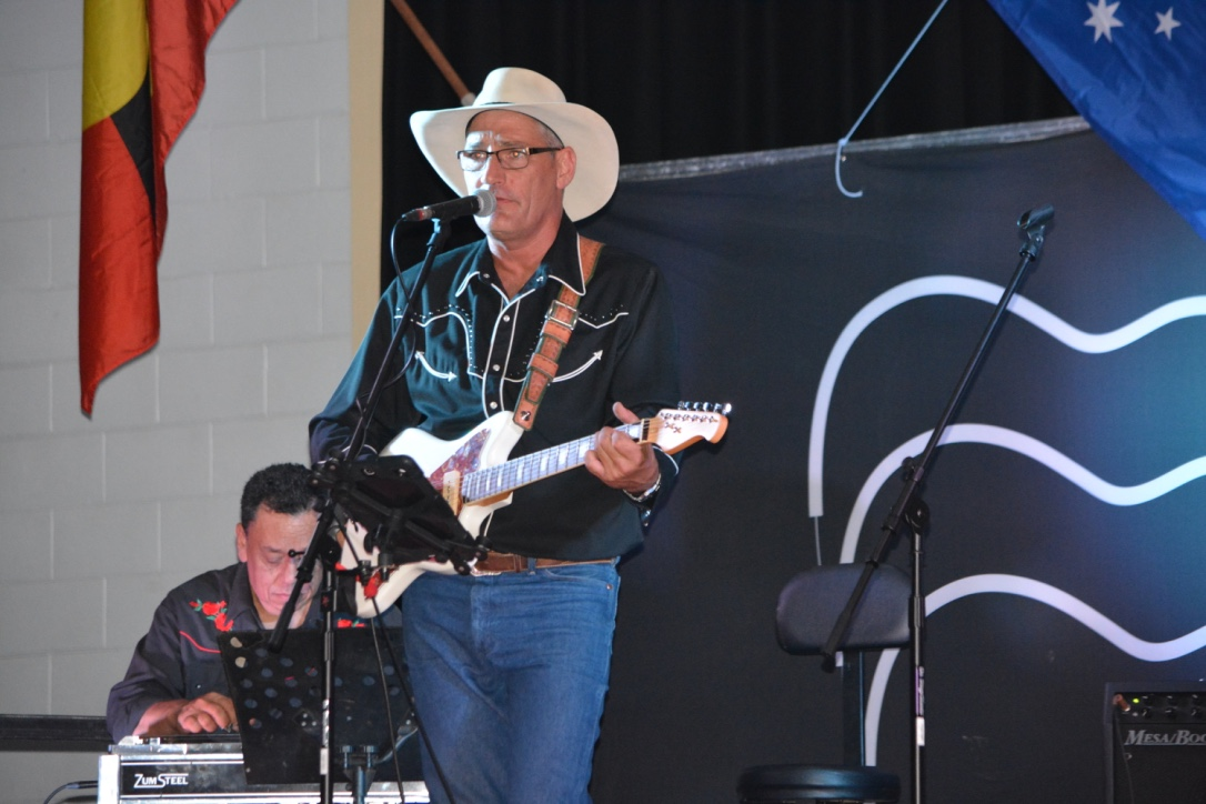 Glen singing at Murgon Muster 2016