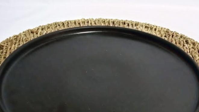 Plato de fondo nórdico negro con borde (terminaciones no refinadas)