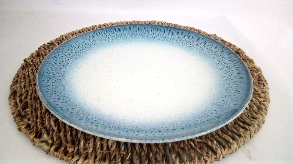 Plato de fondo nórdico borde azul piedra