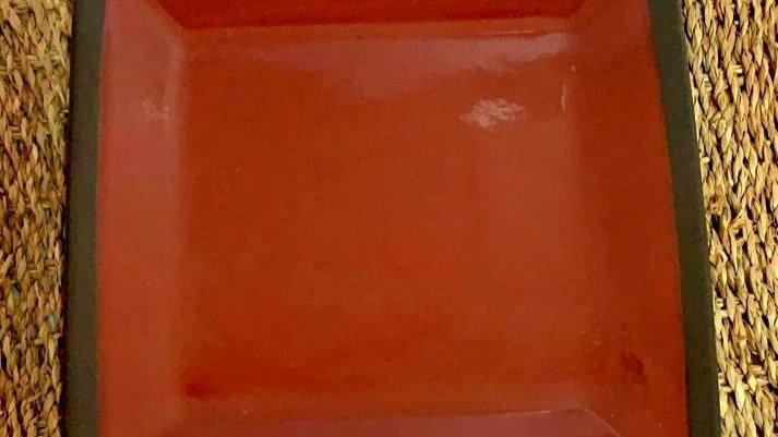 Plato rojo borde negro