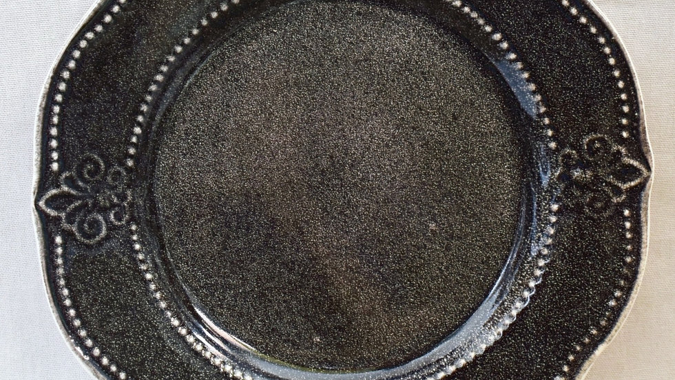 Plato de fondo flor de lis (detalle fábrica)