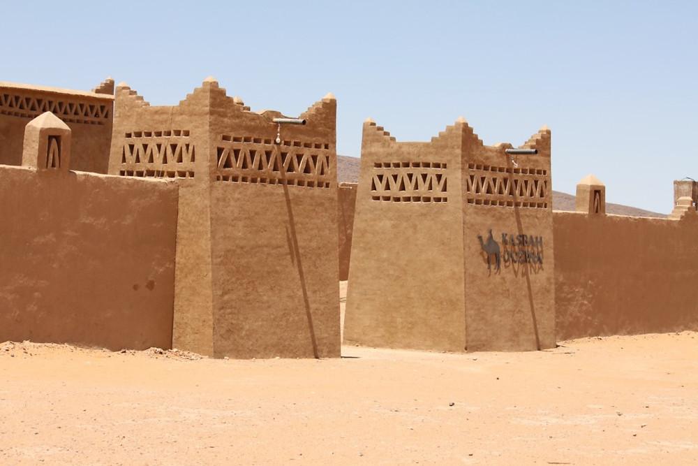 Entrada de kasbah ouzina en las dunas de Ouzina