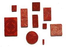 Cada tatuagem selo é um selo real feito em linóleo.