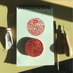 Novo design de tatuagem, novo selo em linóleo. Lontra e água simbolizando uma experiência mística da cliente em plena Amazônia. Nunca vou deixar de me sentir honrada com a confiança.