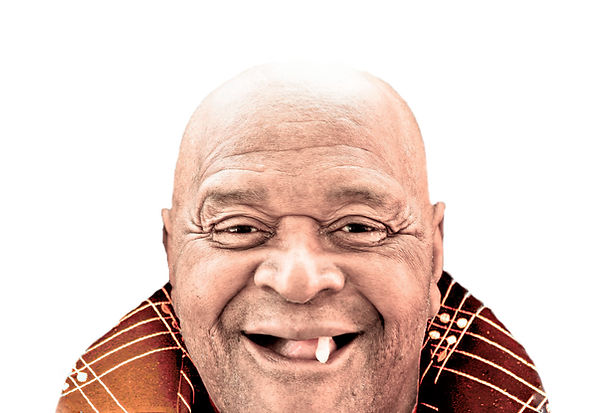 Мужчина улыбается с одним зубом