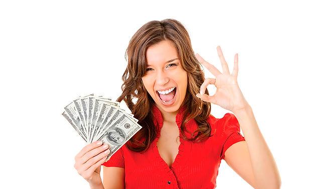 Девушка с деньгами в руках показывает жест ОК
