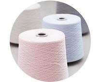 Příze kašmíru určená k pletení. Výsledek práce italské přádelny a začátek práce pro moravsku pletací dílnu.