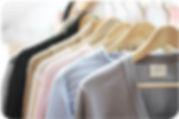 Kolekce kašmírových svetrů značky Noah No nabízí rafinované střihy či reliéfní vzory. V nabídce však nechybí ani kašmírová klasika v podobě hladkého propínacího svetru.