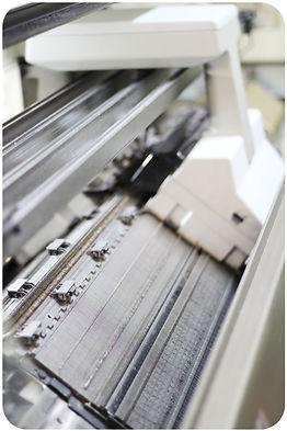 Za pomoci moderních pletacích strojů vznikají kašmírové svetry vysoké jakosti. Spolu s manuálním zpracováním a kontrolou během pletení je tak každý kus pečlivě kontrolován.