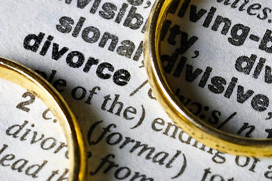 Two separate wedding rings next to the word _divorce_