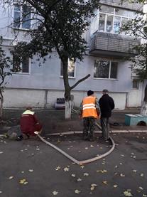 Слюсарі сантехніки виконують згідно договору гідравлічну промивку систем центрального опалення в будинку по вулиці Вокзальна 61,який керується ОСМД4.jpg