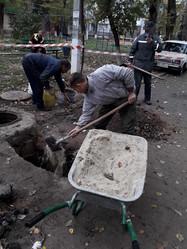 4Робітники ТОВ УК «Корабельний» виконали заміну аварійної ділянки каналізаційної труби випуску біля колодязя в будинку за адресою вулиця Райдужна 43.jpg