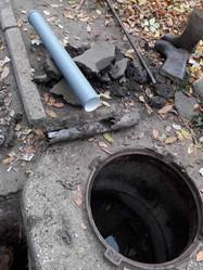 3Робітники ТОВ УК «Корабельний» виконали заміну аварійної ділянки каналізаційної труби випуску біля колодязя в будинку за адресою вулиця Райдужна 43.jpg