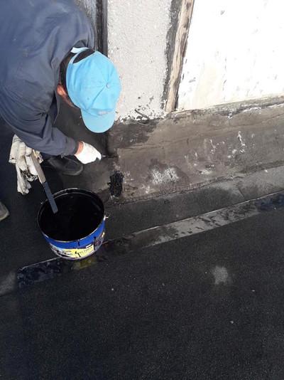 Для захисту від ґрунтової корозії,атмосферних опадів та ґрунтових вод нашими робітниками була виконана покрівельною мастикою герметизація місць примикань та жолобів4.jpg