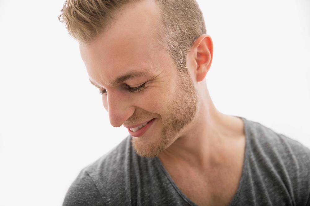 homem sorri futuro saúde implante, sisos, ortodontia autoligado e aligners