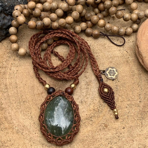 Necklace with Jade Dharmacrame