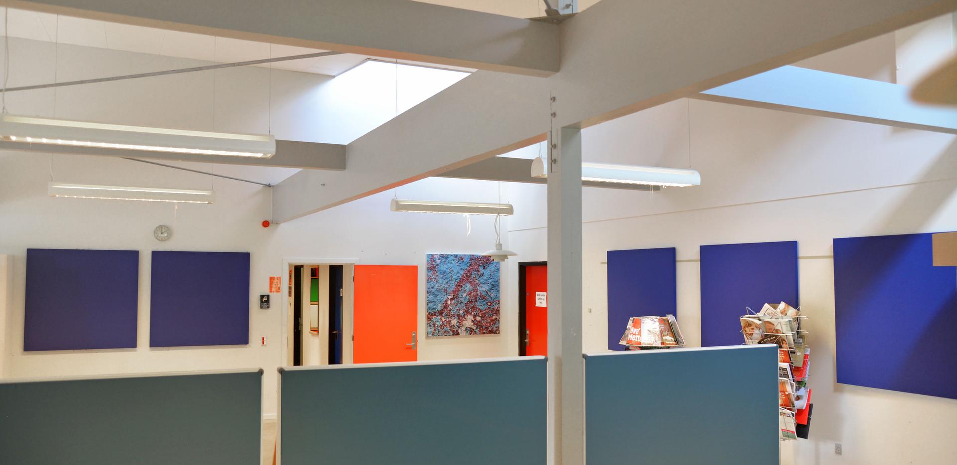 Akustikregulering på lærerværelse – kombineret med TYST paneler