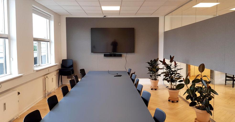 Alpha TYST på glas i mødelokale