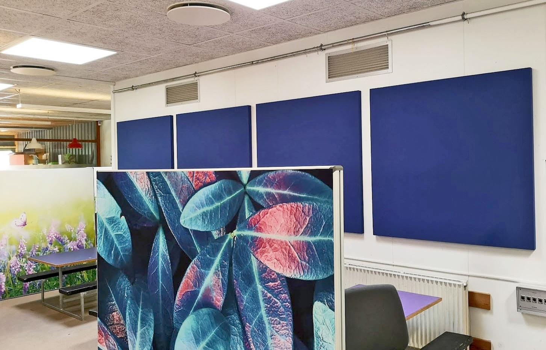 Akustisk skærmvæg med motiv kombineret med TYST paneler