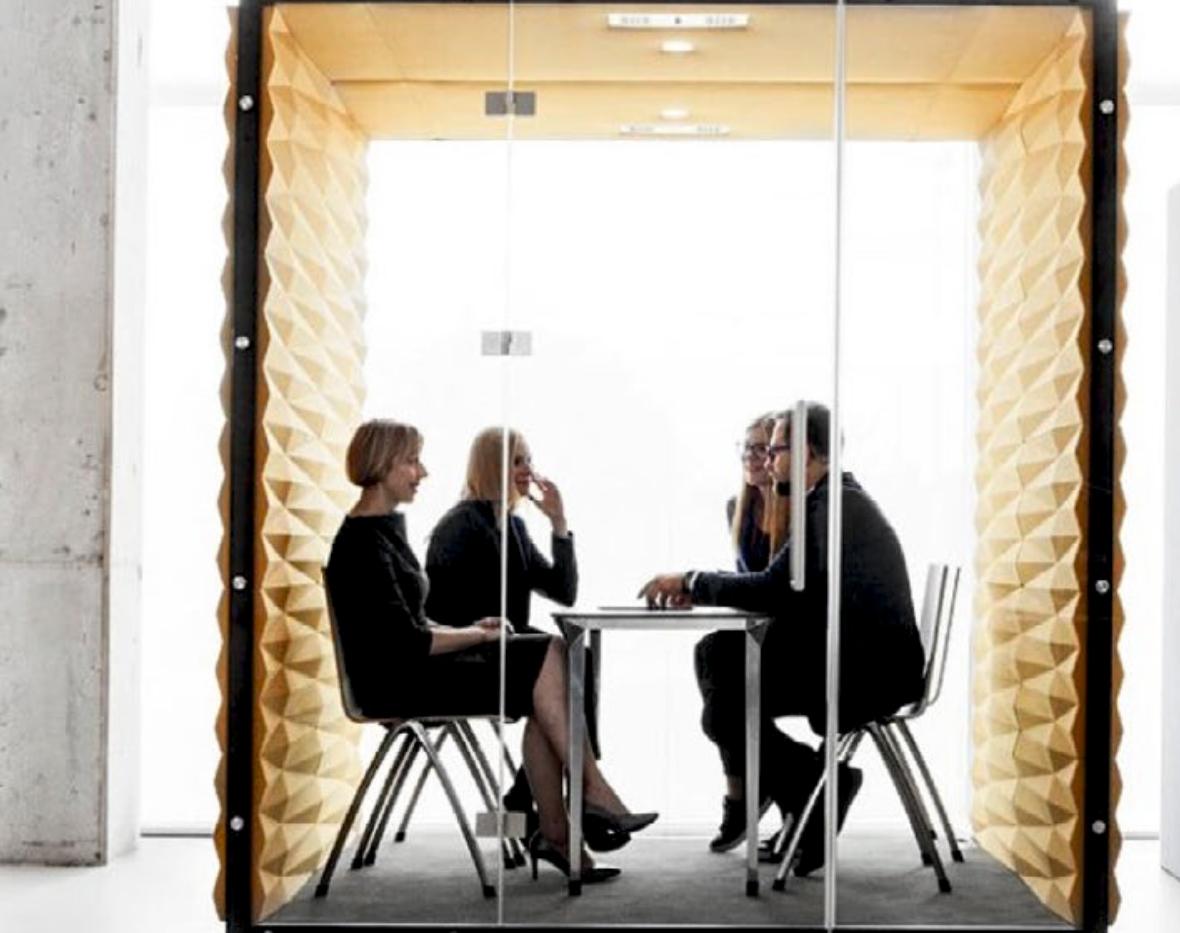 Lydisoleret møderum på kontoret