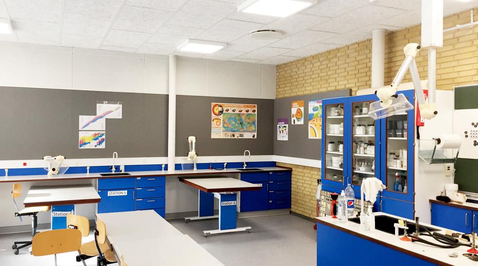 Alpha-akustik-tyst-akustikloesning-akustikabsorbenter-boernehave-skole-akustikvaeg-Haderup