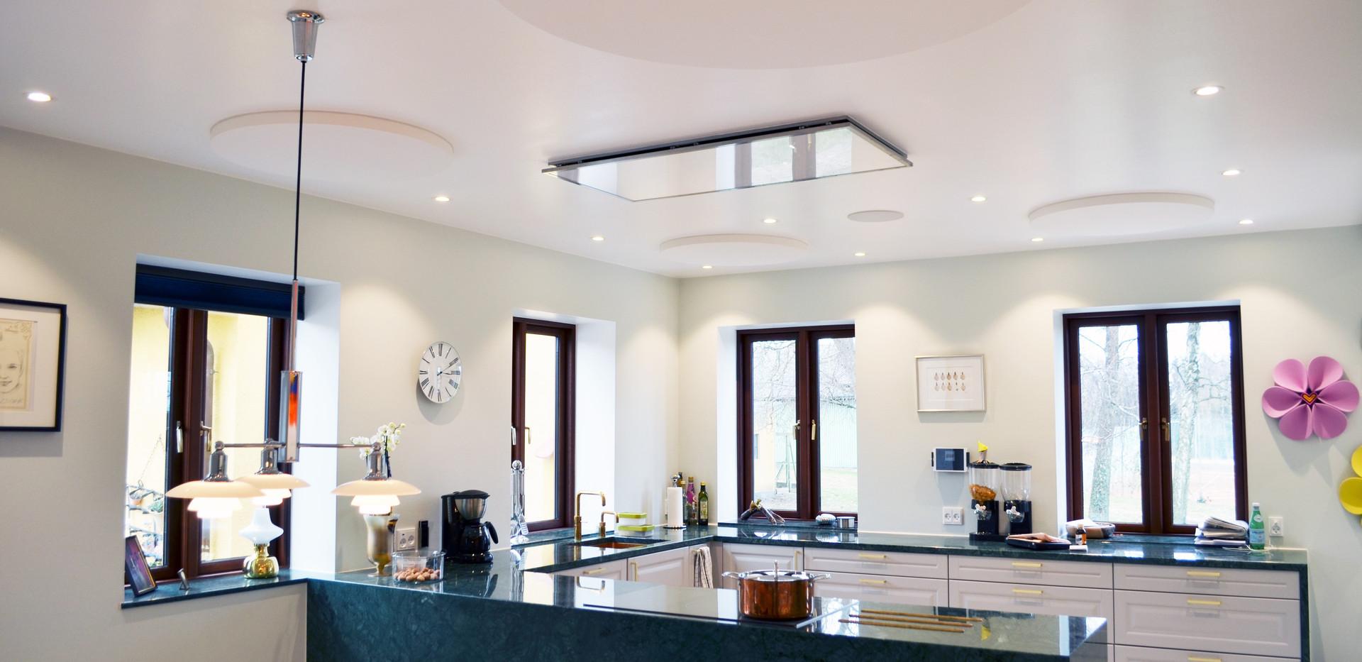 Ro i køkken/alrum - god akustik og støjdæmpning med Runde Alpha SOLO