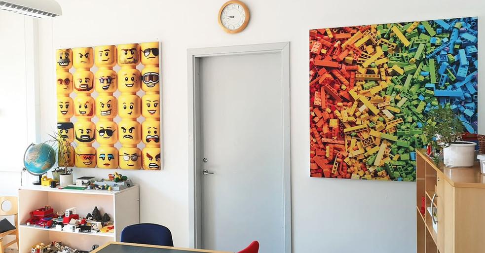 Akustikbilleder med legomotiver i legerum i børnehave