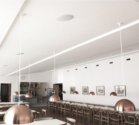God akustik i kantine med Alpha Direct i baner i loftet