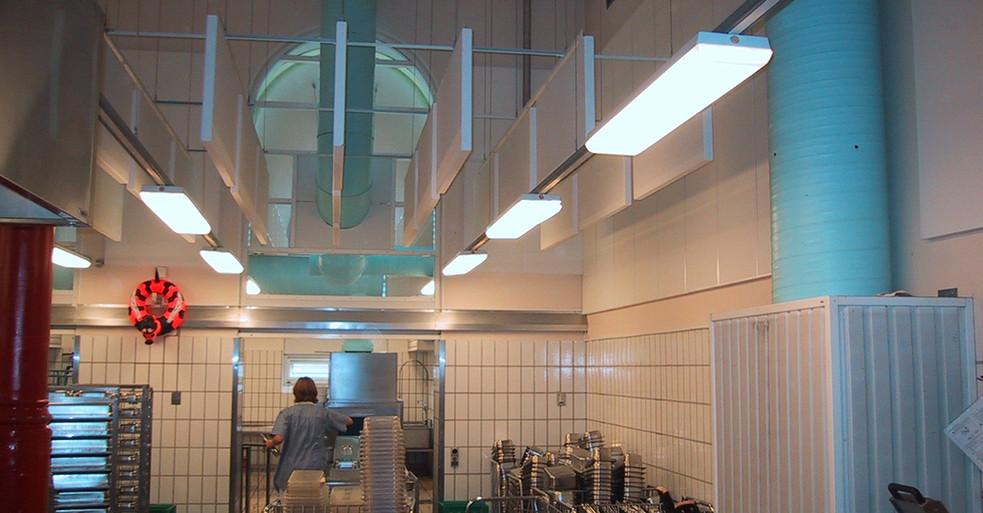 Akustisk baffel i industri-bygning