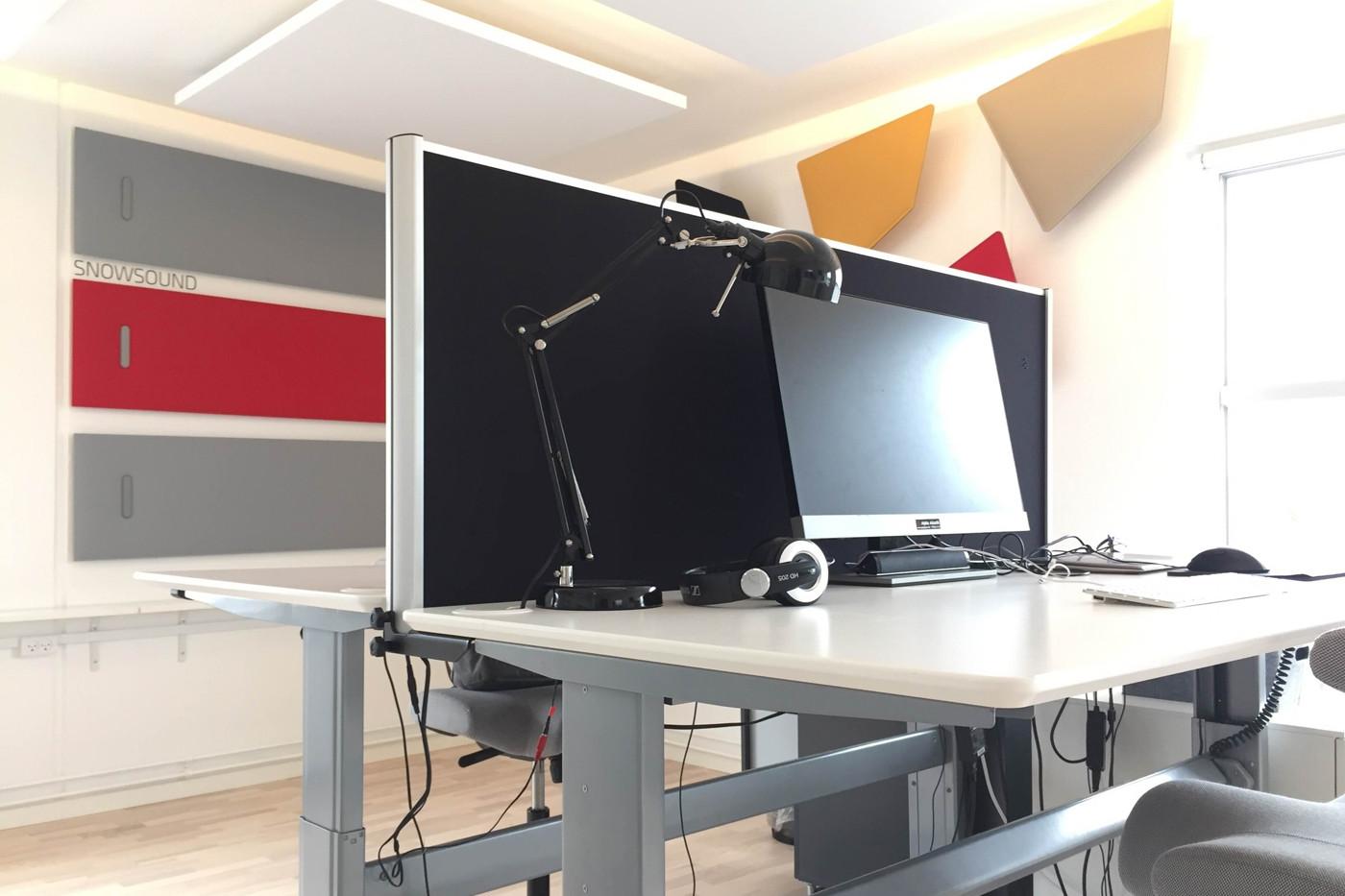 Alpha Bordskærm på kontor kombineret med akustik på væggene