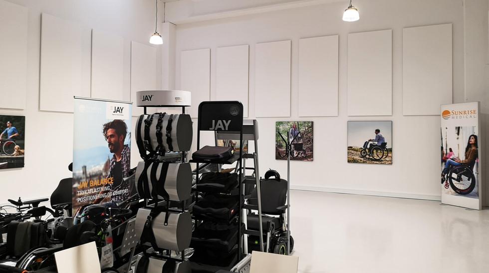 Alpha Direct på væg i showroom