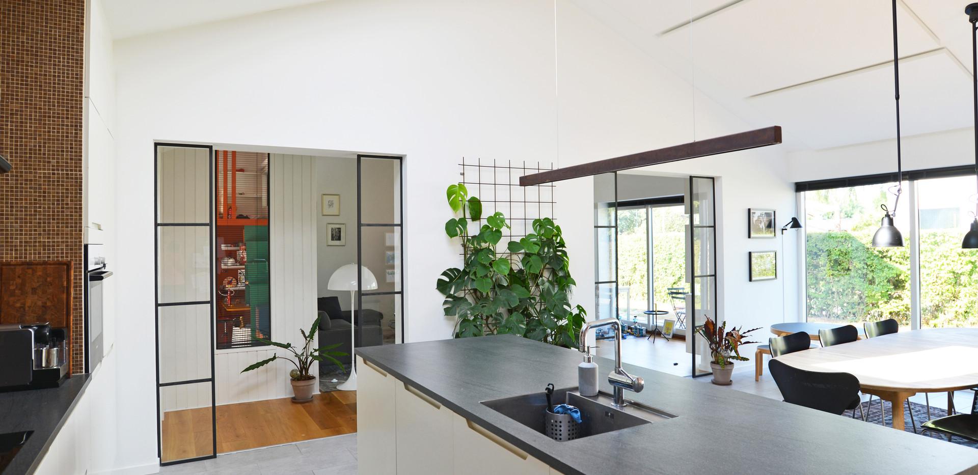 God akustik og støjdæmpning skaber ro i privathjem med Alpha Solo i køkken/alrum
