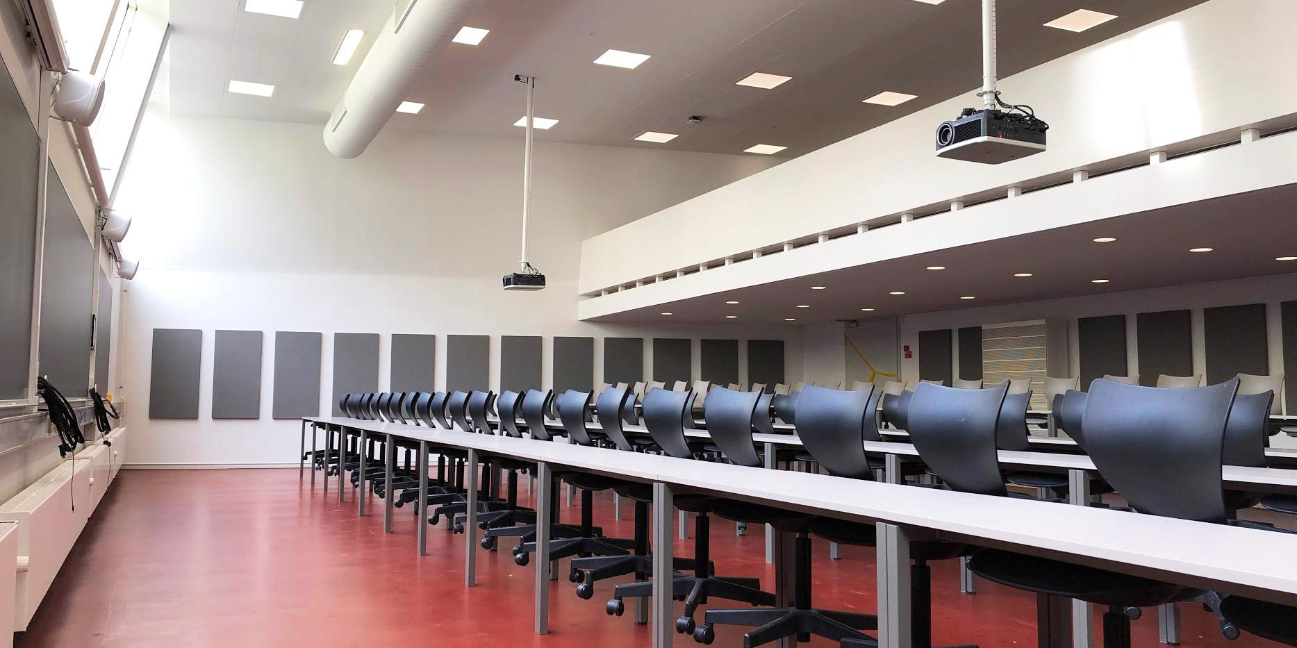 Akustikloft og akustikpaneler på væg på universitet