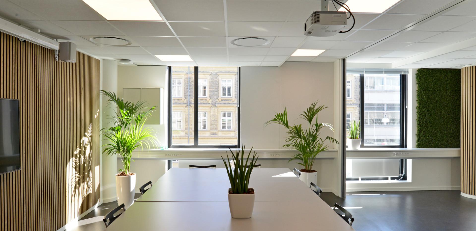 Akustikløsningen i det føreste møderum, når der er åbent til alle tre mødelokaler
