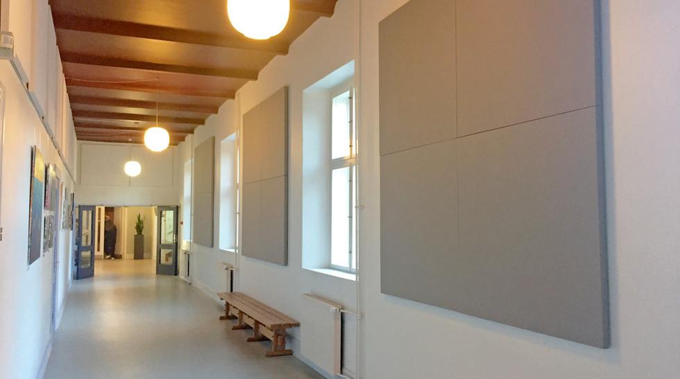 Alpha-akustik-tyst-akustikloesning-akustikabsorbenter-boernehave-skole-akustikvaeg-Soender