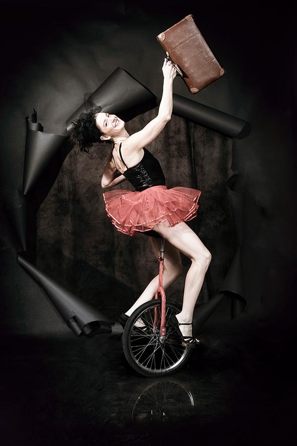 הפקת יום צילום שלי רוכבת על חד-אופן |  סטודיו כותרת - צילום תדמית לעסקים