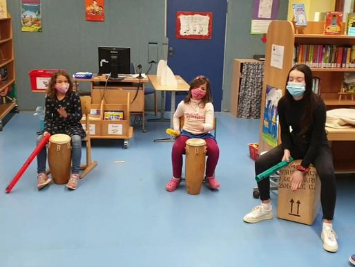 Musikalische Weihnachtsgrüße der Klasse 2b mit Sakiko Idei!