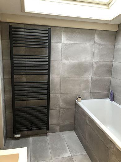 Badkamer grote tegels plaatsen en tegele